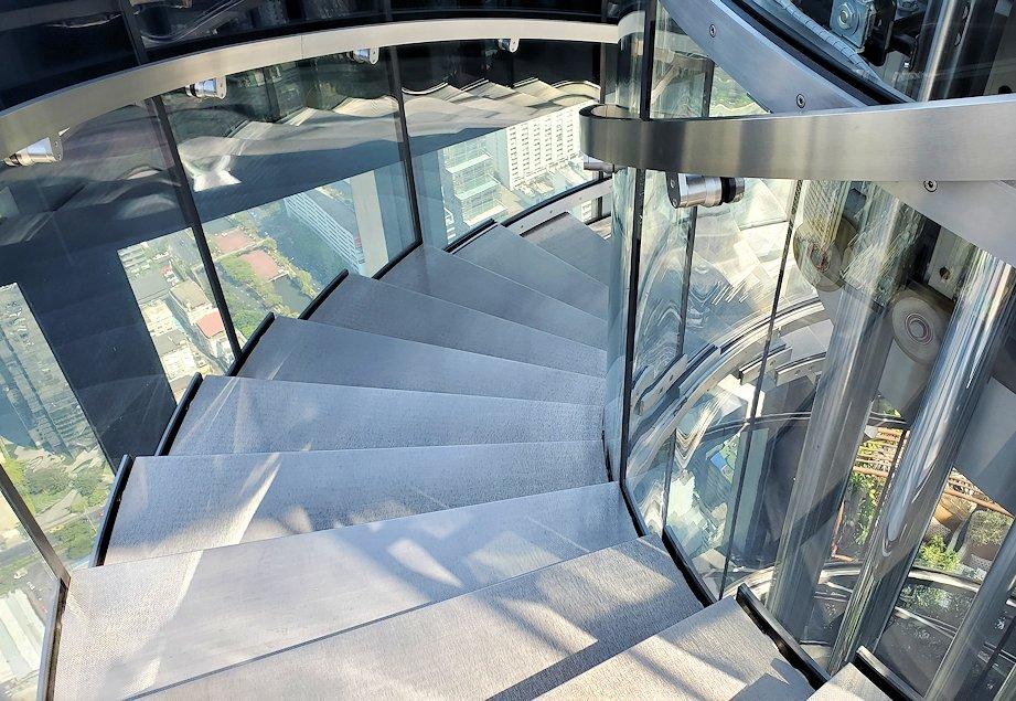 キングパワー・マハナコーンビルの屋外展望台から降りる階段