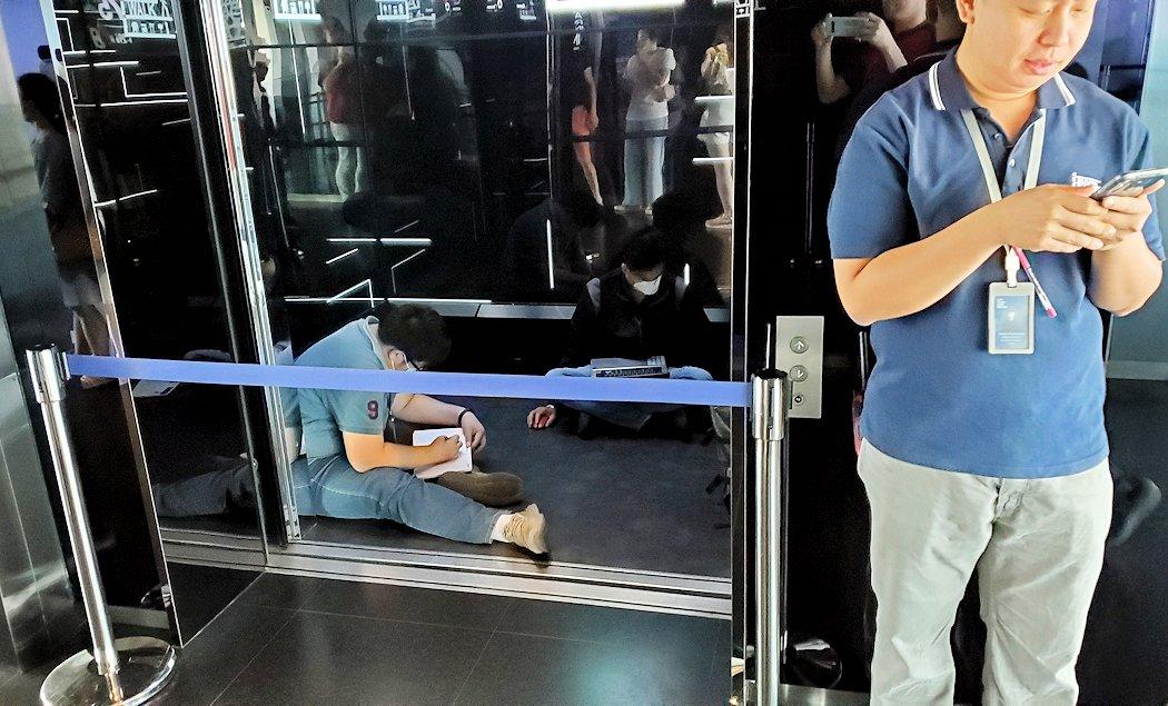 キングパワー・マハナコーンビルの展望台から降りるエレベーターは点検中
