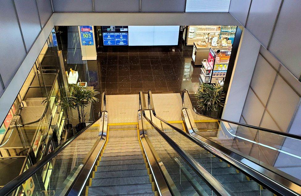 キングパワー・マハナコーンビルの展望台から降りた4階からショッピング街から降りる
