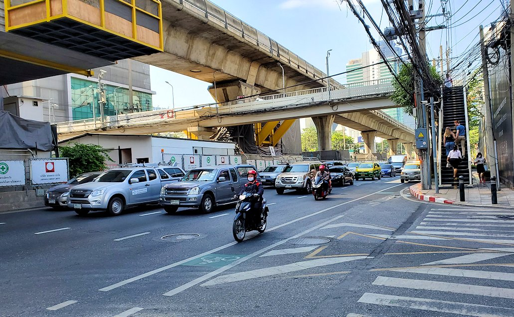 バンコク市内の車やバイクが溢れるように走る道路