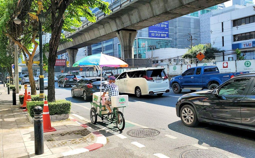 バンコク市内の車やバイクが溢れるように走る道路-2