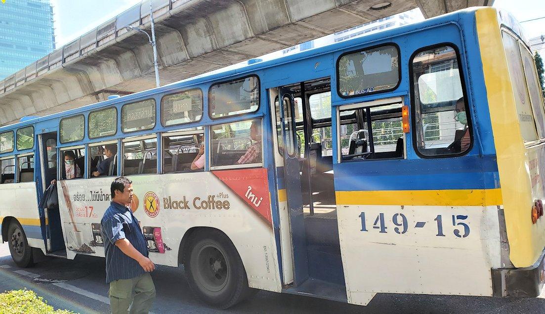 バンコク市内を走る安いバス