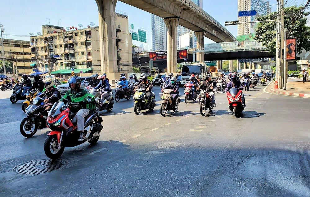 バンコク市内を走る大量のバイク