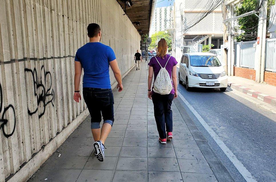 バンコク市内を歩く人は日陰を歩く