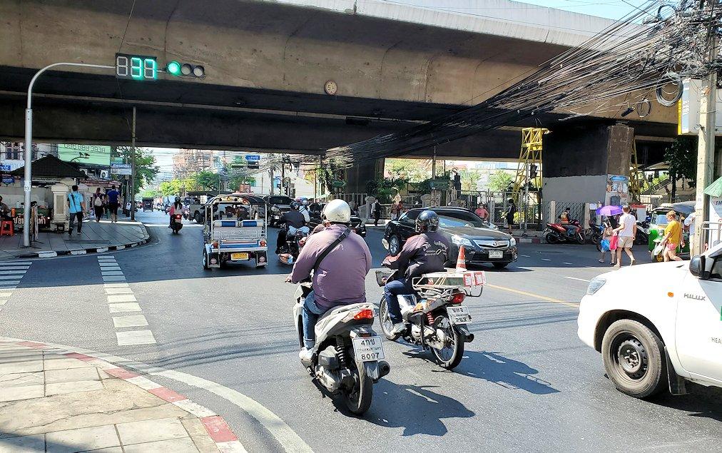 バンコク市内を走るバイクや車