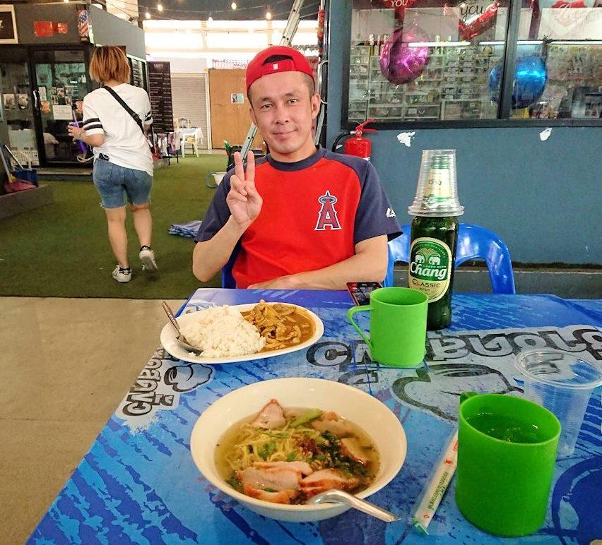 バンコク市内にあるフードコートにあるお店でこれから料理を食べます