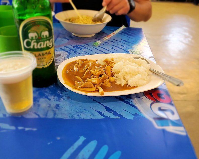 バンコク市内にあるフードコートにあるお店でこれからカレーを食べます