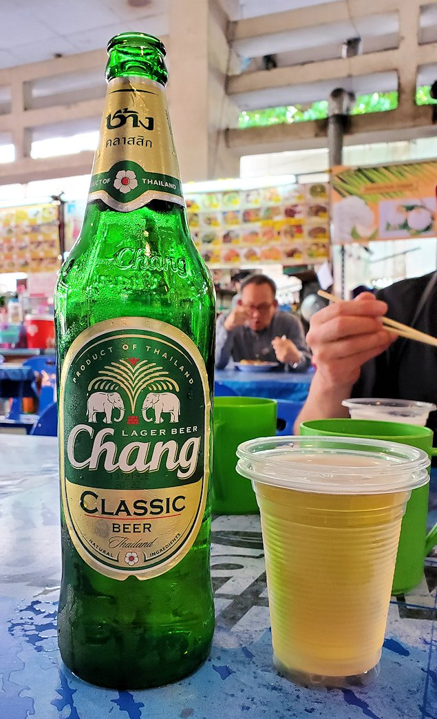 バンコク市内にあるフードコートにあるお店でビールも飲む