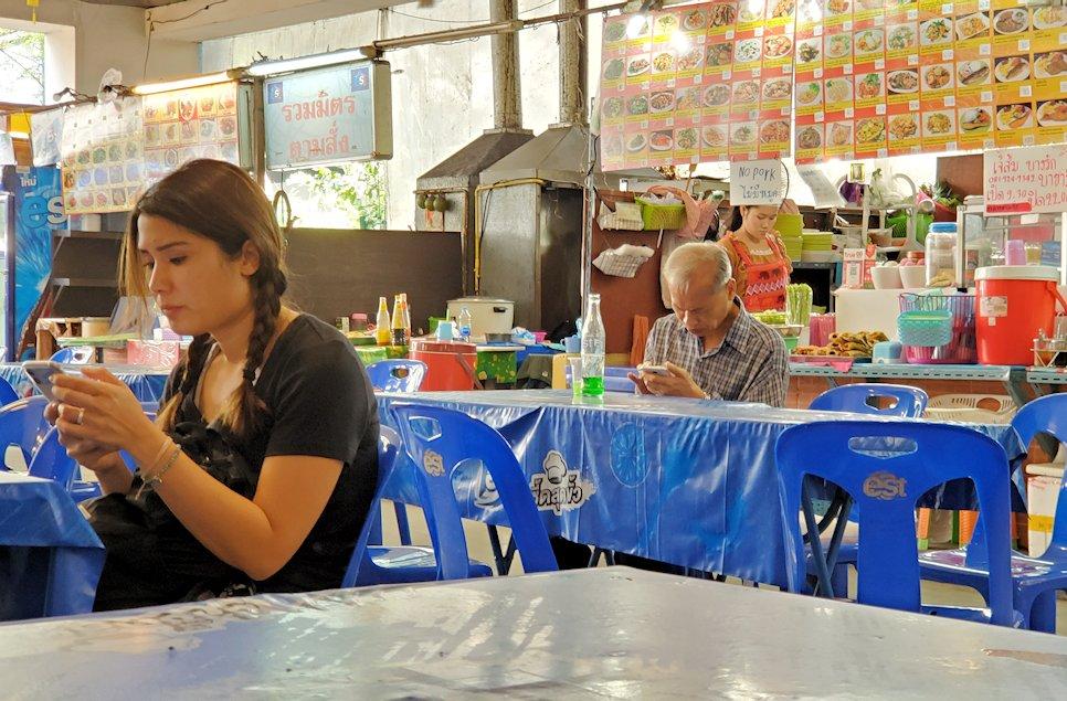 バンコク市内にある賑わうフードコートの様子-3