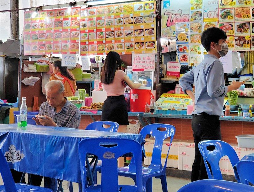 バンコク市内にある賑わうフードコートの様子5