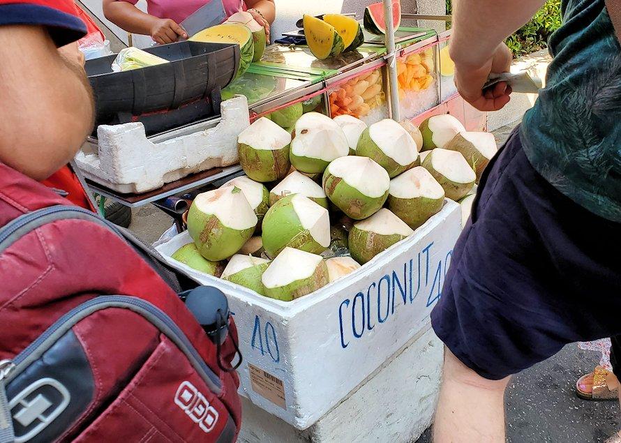 バンコク市内にある賑わうフードコート近くで売っていたココナッツミルク