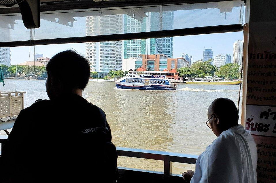 バンコク市内を流れるチャオプラヤー川の船乗り場の様子-2