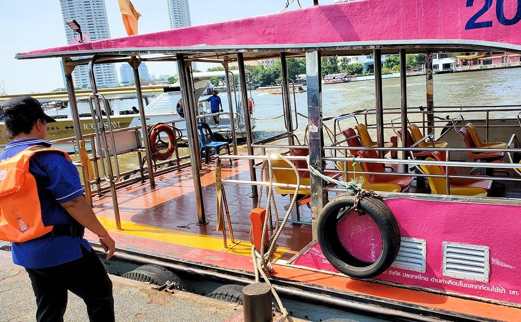 バンコク市内を流れるチャオプラヤー川を走る水上バス-2