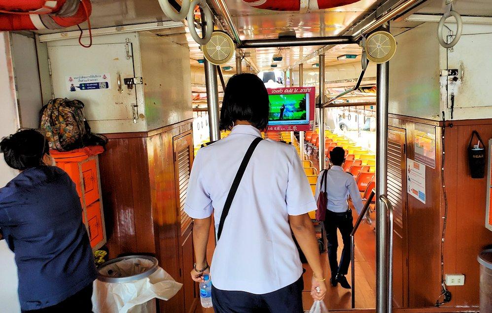 バンコク市内を流れるチャオプラヤー川を走る水上バスに乗り込む
