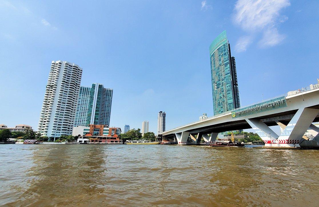 バンコク市内を流れるチャオプラヤー川を走る水上バスからの景色-2