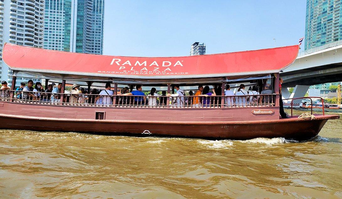 バンコク市内を流れるチャオプラヤー川を走る水上バス ラマダホテル