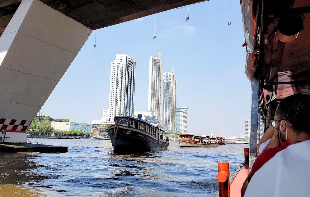 バンコク市内を流れるチャオプラヤー川を走る水上バスからの景色です