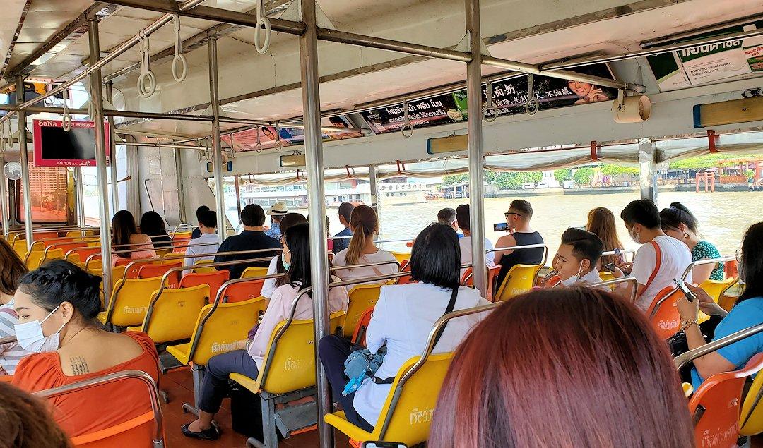バンコク市内を流れるチャオプラヤー川を走る水上バスからの景色です-2