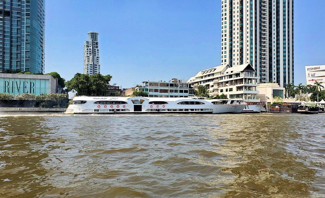 バンコク市内を流れるチャオプラヤー川を走る水上バスからの景色です-3
