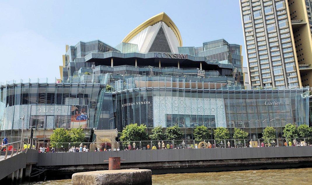バンコク市内を流れるチャオプラヤー川沿いにあるショッピングセンター