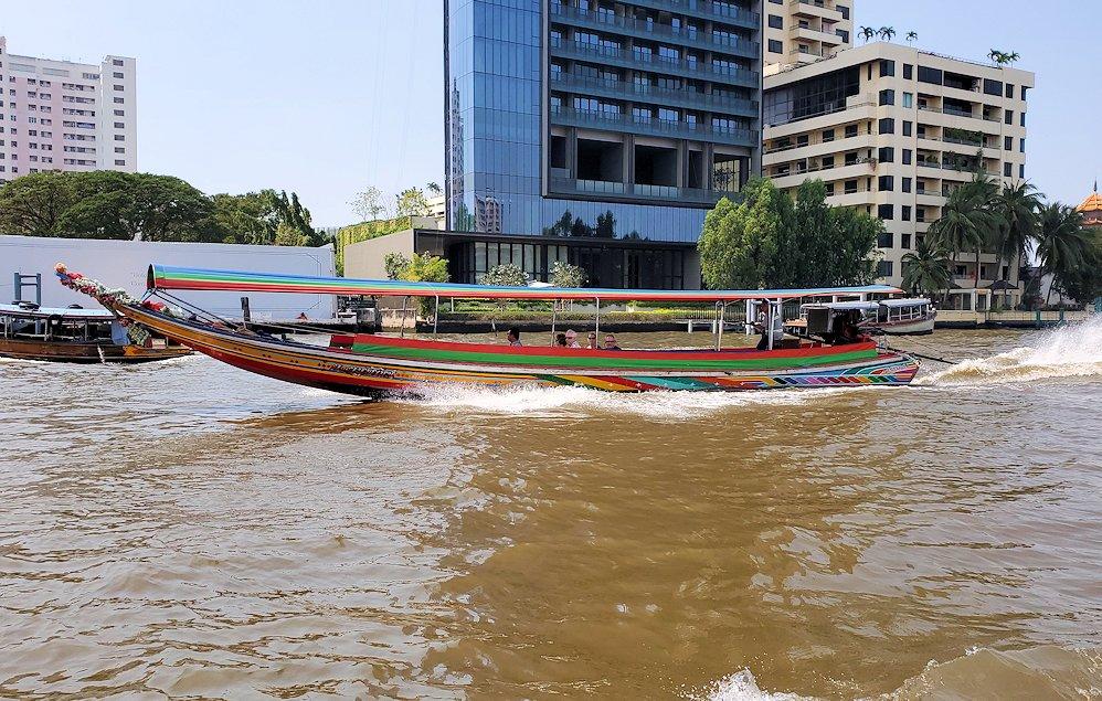 バンコク市内を流れるチャオプラヤー川を走る船の景色
