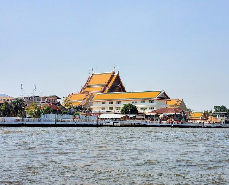 チャオプラヤー川沿いに見える「ワット・カンラヤーナミット・ウォラマハーウィハーン」という寺院