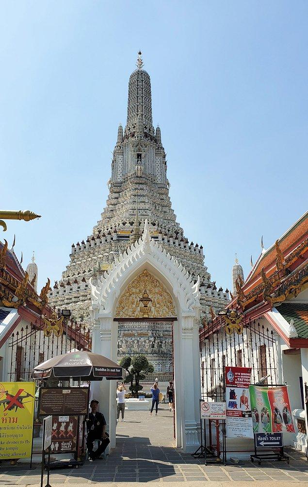 バンコク市内にあるワット・アルン寺院の入口
