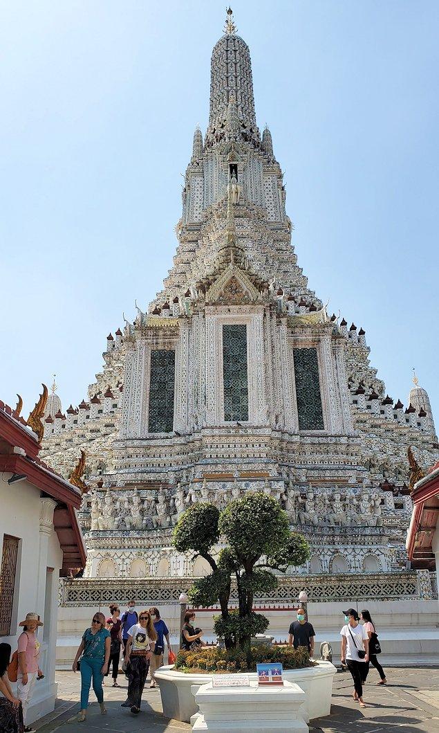 バンコク市内にあるワット・アルン寺院に入ります