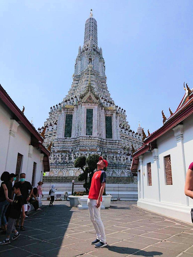 バンコク市内にあるワット・アルン寺院に入って記念撮影-2
