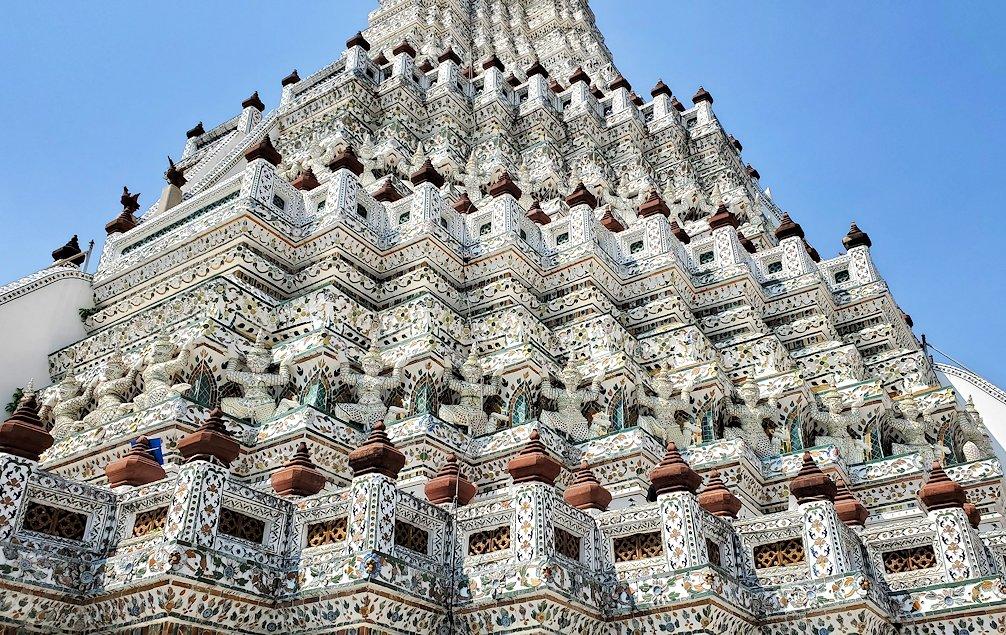 バンコク市内にあるワット・アルン寺院にあったヤックの像