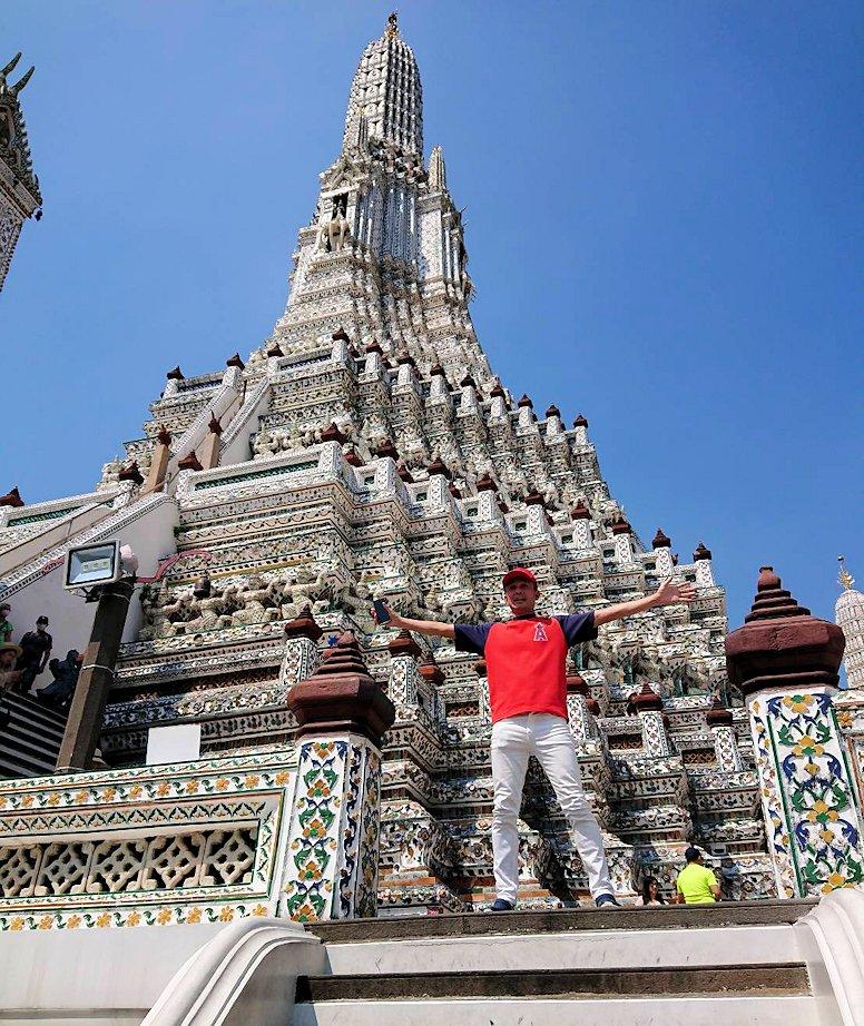 バンコク市内にあるワット・アルン寺院で記念撮影を行う