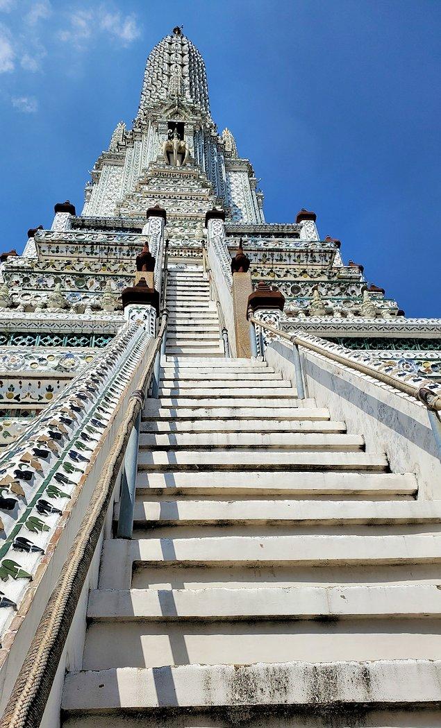 バンコク市内にあるワット・アルン寺院の階段を眺める