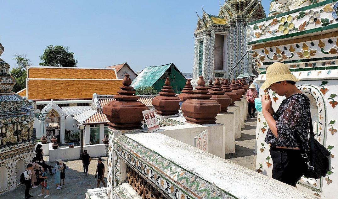 バンコク市内にあるワット・アルン寺院の造りを眺める