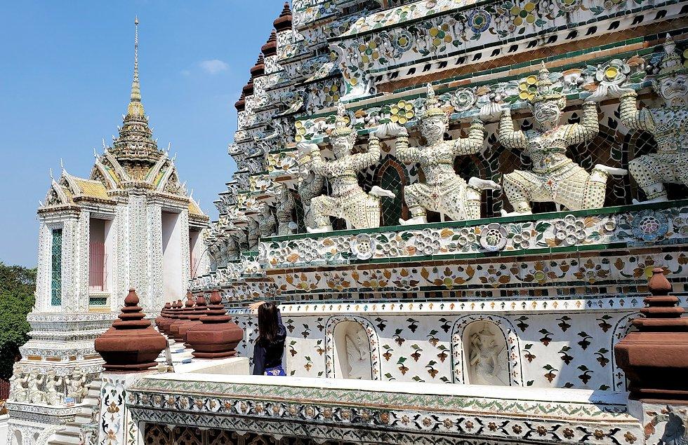 バンコク市内にあるワット・アルン寺院の造りを眺める-3