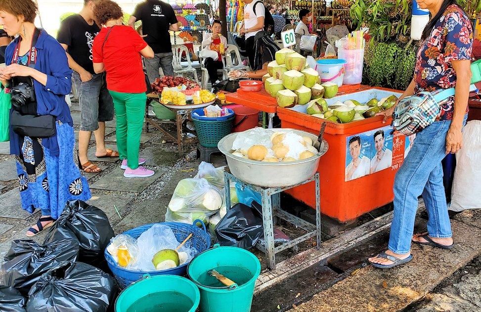 バンコク市内にあるワット・アルン寺院で売られていたココナッツミルク