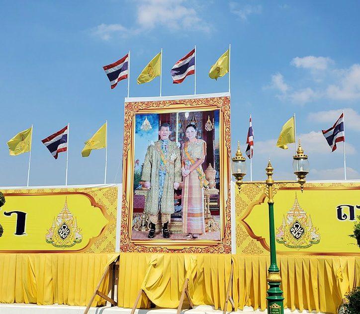 バンコク市内にあるワット・アルン寺院周辺にあったタイ国王の看板