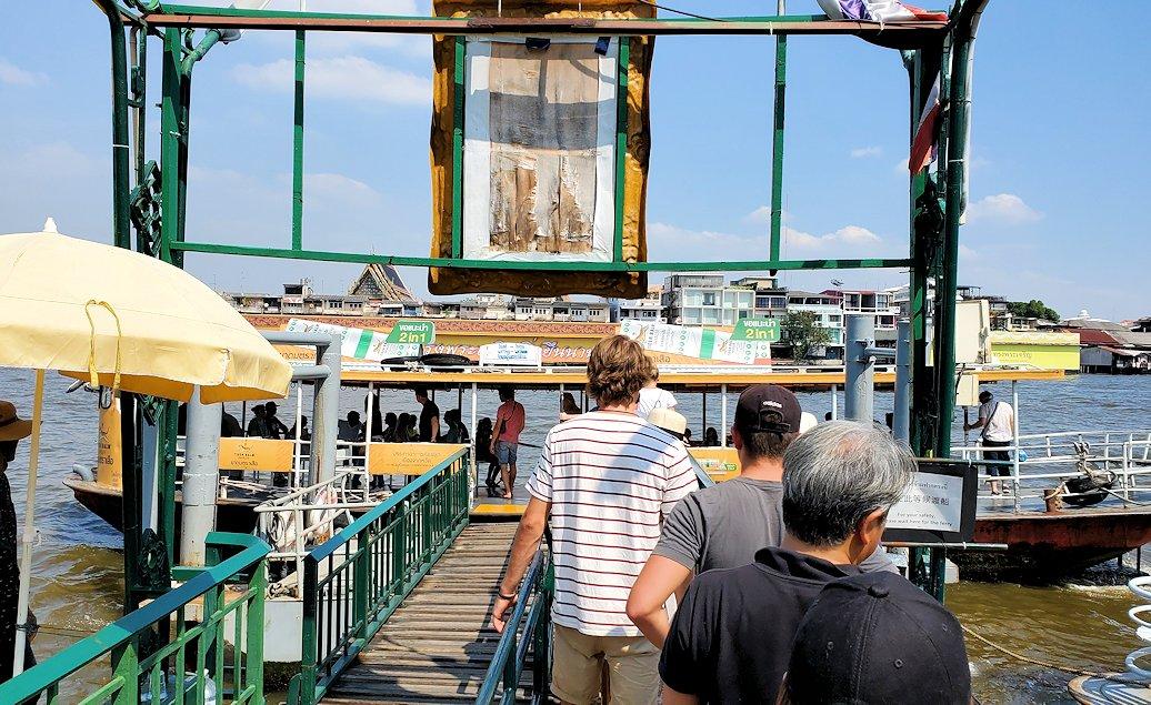 バンコク市内にあるワット・アルン寺院から対岸へと渡る渡船の乗り場です
