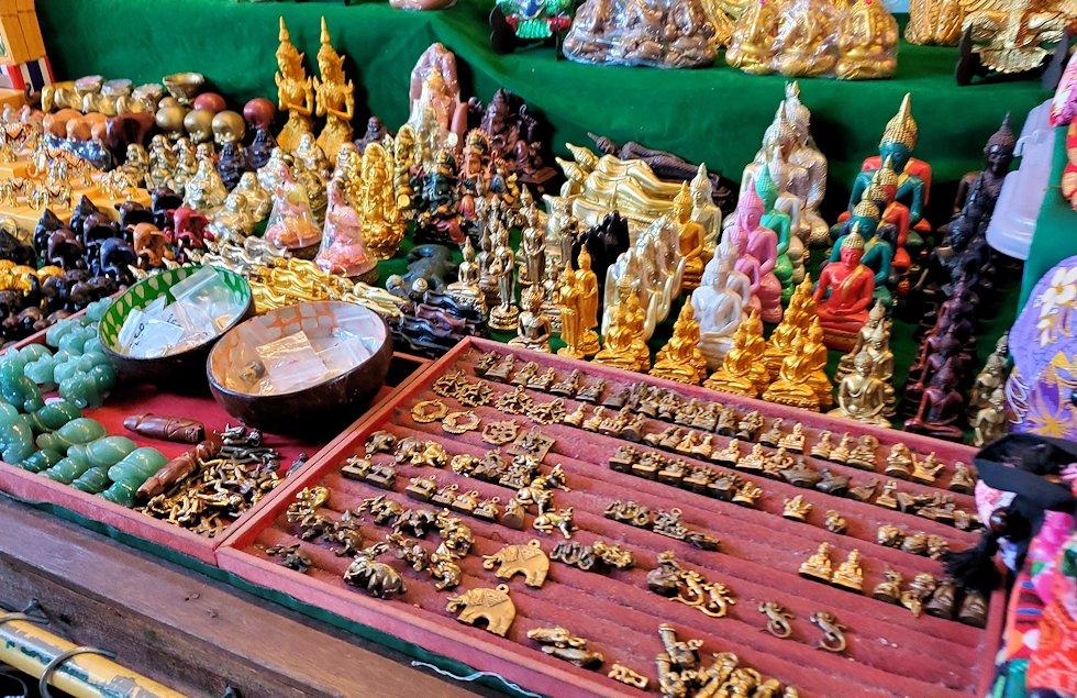 チャオプラヤー川からワットアルンの対岸にあったお土産店の品物