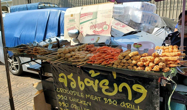 チャオプラヤー川からワットアルンの対岸付近で売られていた食べ物