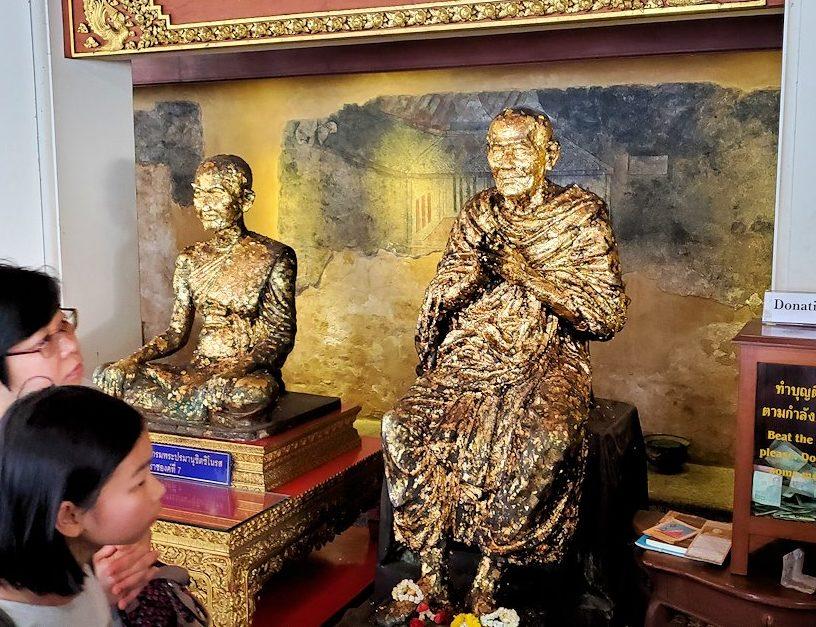バンコク市内のワットポーの入口付近にある金箔が貼られた坊さんの像