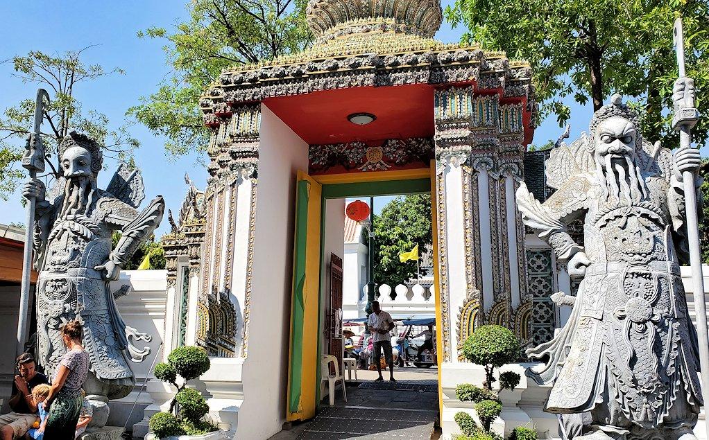 バンコク市内のワットポーの入口付近にある仁王像的な像