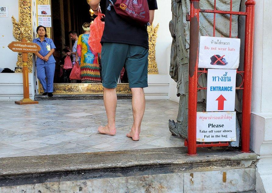バンコク市内のワットポーで寝釈迦像のある建物には靴を脱ぐ必要がある