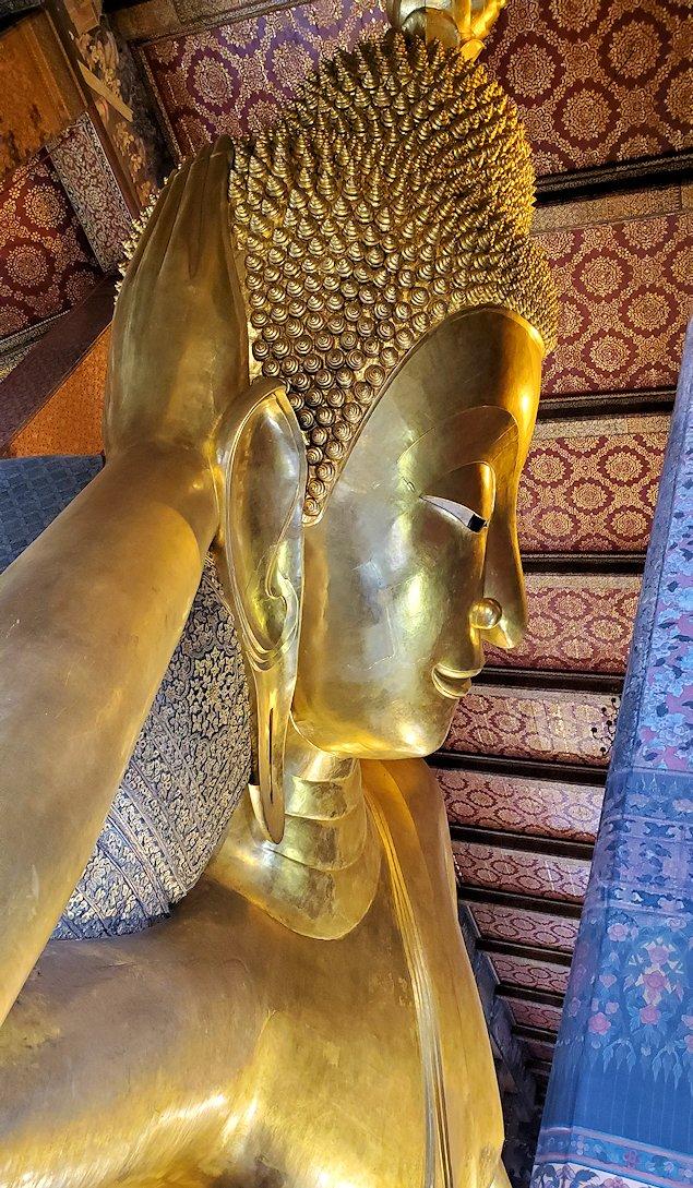 バンコク市内のワットポーで黄金の寝釈迦像を見上げる