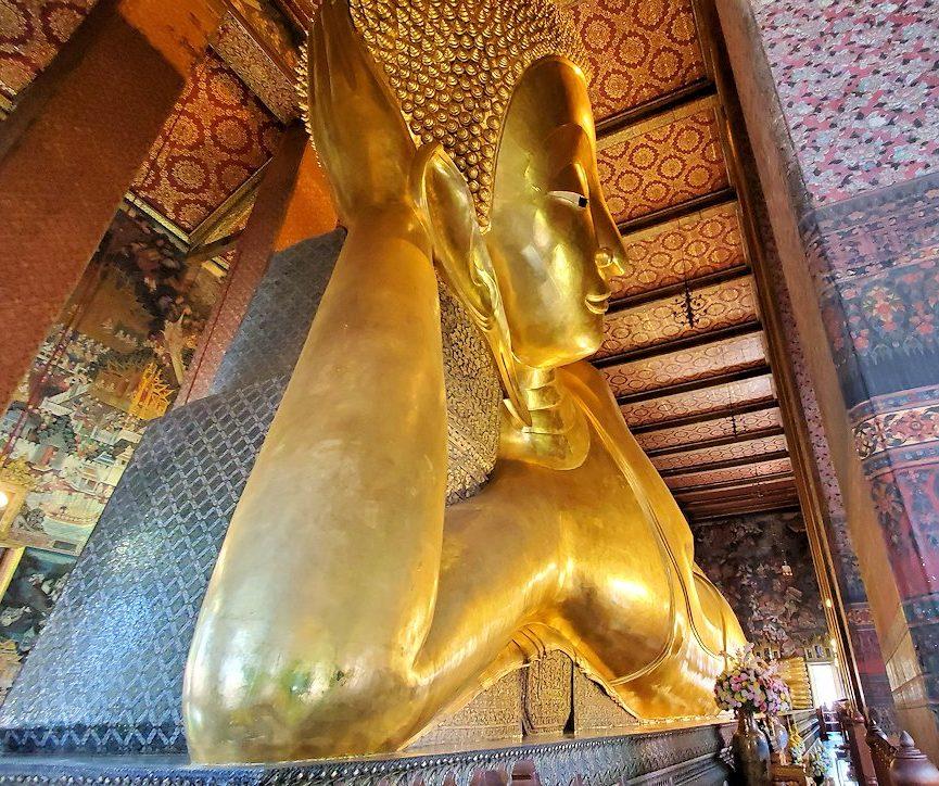 バンコク市内のワットポーで黄金の寝釈迦像を見上げる-2