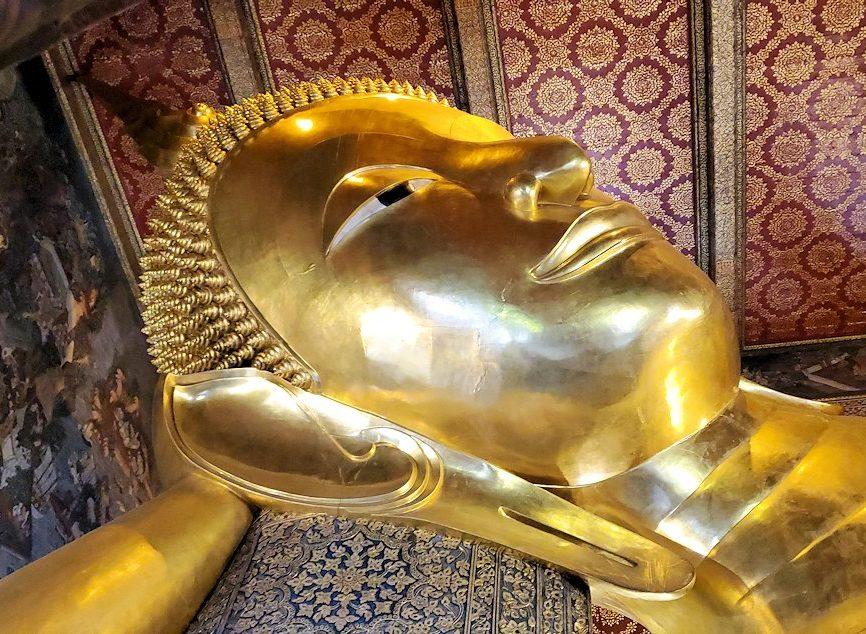 バンコク市内のワットポーで黄金の寝釈迦像を眺める