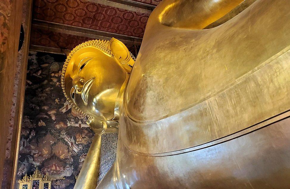 バンコク市内のワットポーで黄金の寝釈迦像を眺める-2
