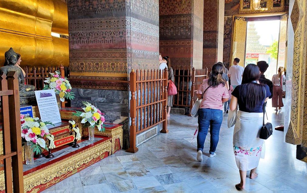 バンコク市内のワットポーで黄金の寝釈迦像のお供え物-2