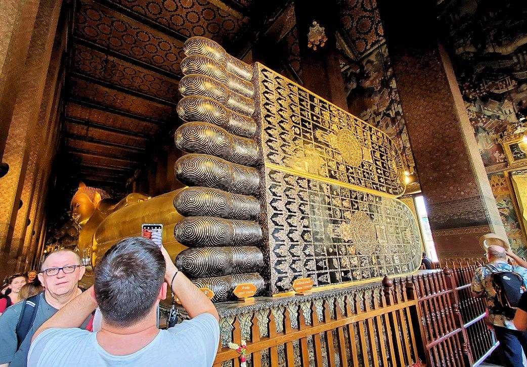 バンコク市内のワットポーで黄金の寝釈迦像の足の裏