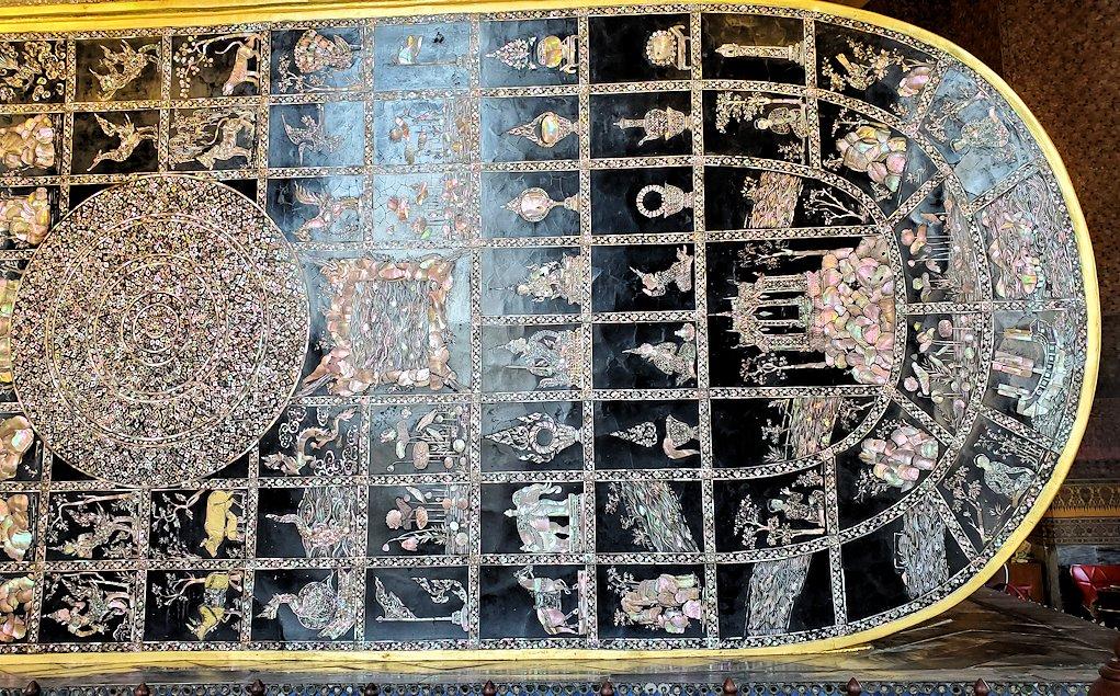 バンコク市内のワットポーで黄金の寝釈迦像の足の裏-2