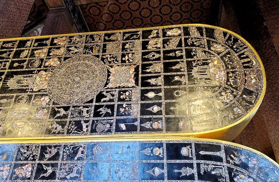 バンコク市内のワットポーで黄金の寝釈迦像の足の裏-3